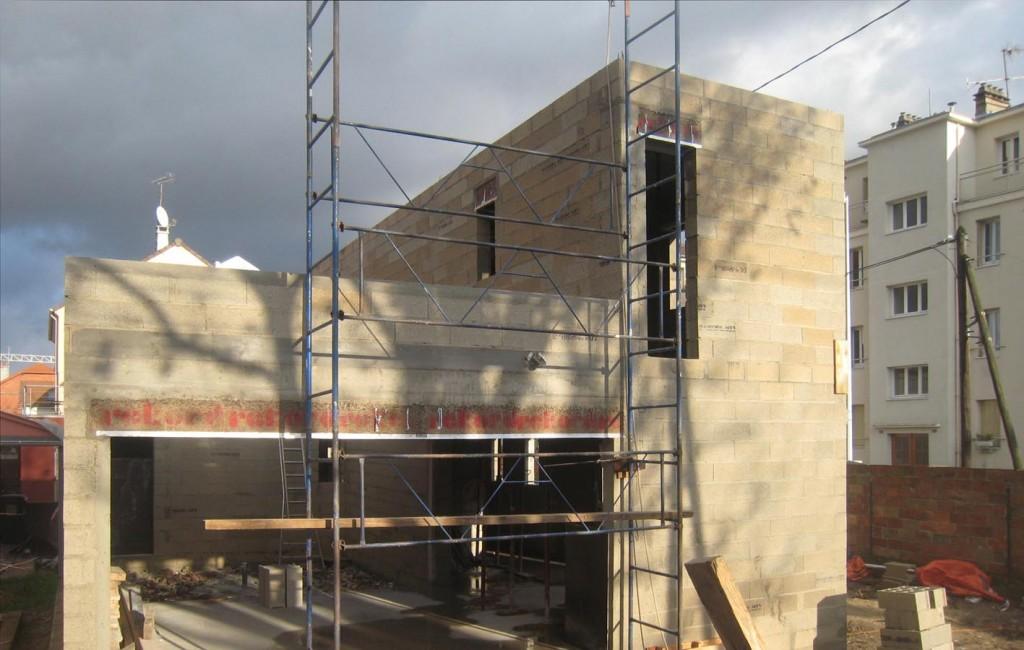 chantier de la maison à patio en bois à Nanterre