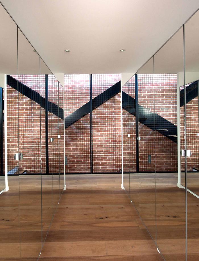 effet de miroir dans le dressing sur mur en brique