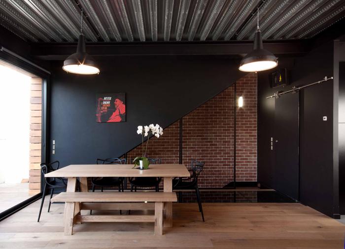 salle à manger mur en brique et grille