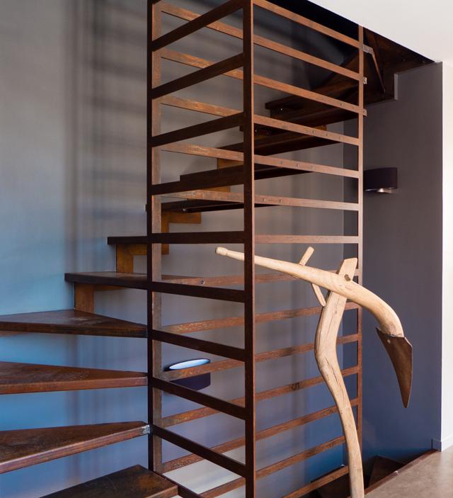 un escalier sur mesure en acier corten conçu pour une agence de paysagisme